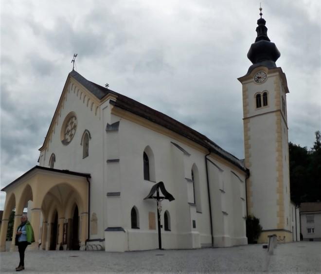 Oma vor der Kirche in Bleiburg